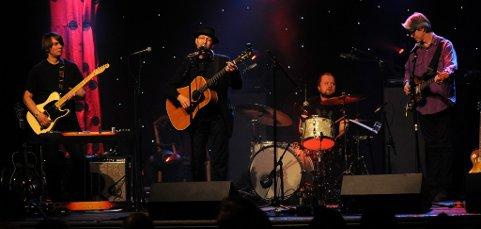 Tom Roger Aadeland (til høyre)  hadde med seg et band med Kjetil Steensnæs (til venstre), Jørun Bøgeberg og Torstein Lofthus.  Foto:                                      Magnus Brattset Drabløs
