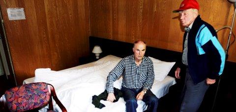 EVAKUERT:  Kolbjørn Holen (t.v) og Ivar Hagen har fått rom på motell.