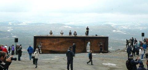 På åpningsdagen i sommer, var det et orkester som spilte på taket på besøkssenteret på Tverrfjellet på Hjerkinn.