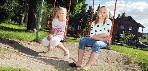 BØNN OM HJELP: Therese Bjåland (12) og Julie Myhre (12) i Bjørndalveien ved Vallermyrene i Porsgrunn har skrevet brev til Porsgrunn kommune og andre og bedt om hjelp til å ruste opp
