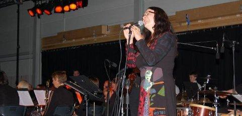 EGENKOMPONERT SANG: Birgitte Damberg fremførte en egenkomponert låt under konserten i Rønholthallen søndag kveld.