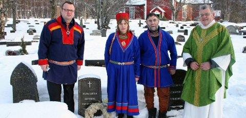 la ned krans: Sten Renberg (nummer tre fra venstre), barnebarn av Elsa Laula Renberg, la ned krans på grava til kvinnen som har mye av æren for at Samefolkets dag er blitt nasjonaldag. Jørn Are Gaski (til venstre) vil be Sametinget ta mer ansvar for grava på Dolstad kirkegård. Audhild Sneli holdt tale. Til høyre sokneprest Jan Biering-Strand. Fylkesrådsleder Odd Eriksen var også til stede. (Foto: Nils Inge Lorentsen)