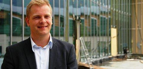 Sten Falkum er glad for den språklege debatten, som har ført til at Husnes Storsenter no skal marknadsføra seg på nynorsk.