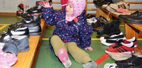 Alma Grønsnes Nordeide var på jakt etter finsko. Her prøver ho ein rosa variant.