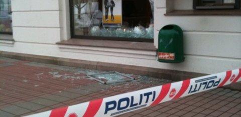 KNUST: Innbruddstyvene knuste ei rute på framsiden av Sparebank 1 i Gågata, før de tok seg inn i lokalene og åpnet en vekslingsautomat.