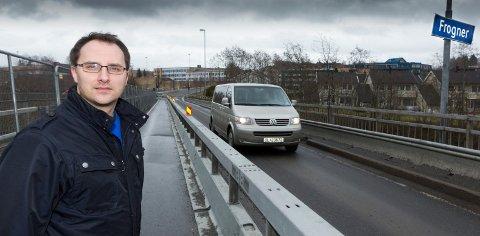 BEKYMRET: Sten Magne Berglund (Ap) deler Frogner-befolkningens bekymringer for Frogner bru, som vil ha en kjørebane og lysregulering fram til den stenges helt i 2016 eller 2017. Foto: Kay Stenshjemmet