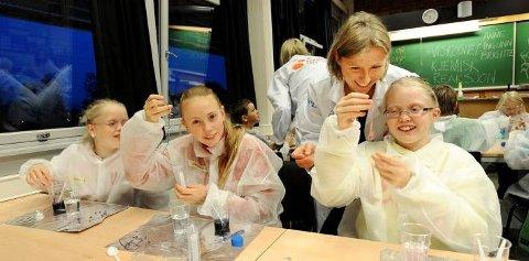SPENNENDE: - Jeg er glad i naturfag, og dette er spennende, synes Hanne Alsaker Mathisen (ytterst). I går var det væske og viskositet som sto i fokus. - Neste gang fokuserer vi på gass, sier fabrikkprofessor Anne Korpelin (bak).