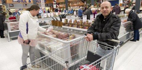 SPARETUR: May-Liss og Ronny Kongsrud fra Nes har handlet julemat i Sverige denne uken. De er i Charlottenberg omtrent en gang i måneden.Foto: Geir Egil Skog