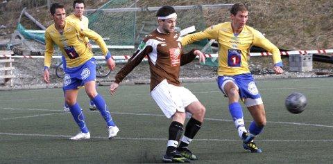 HÅNO: Stig Morten (t.h.) spilte 12 seriekamper for SIL i 2011. Her mot Lars Erik Zetterlund Nilsen og Mo IL. SIL vant 4-1 i mai i fjor.