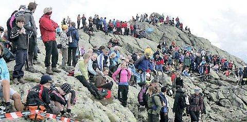 DELTAKARREKORD: Det var reine folkehavet på toppen av Storehesten under innspurten på konkurranseklassane. Foto: Rune Fossum