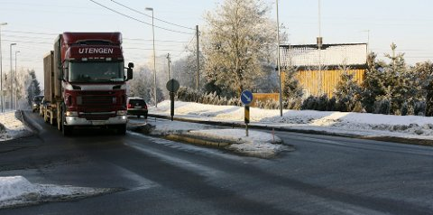 STØRRE DONINGER: Fylkesvei 171 Haldenvegen er en av strekningen som er aktuell for de 25,25 meter lange modulvogntogene. I dag er det kun tillatt for vanlige vogntog, det vil si 18-19 meter lange. Foto: Elin Svendsen