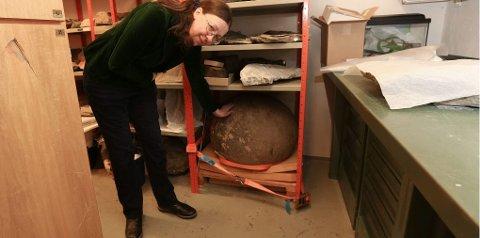 tvillingstein: Førsteamanuensis Elsebeth Thomsen med den 400 kilo tunge kalksteinen som er igjen i Tromsø Museums arkiv. Nå vil hun gjerne vite hva som skjedde med tvillingsteinen.