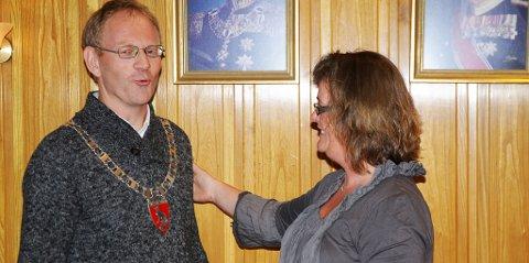 - Nå ble du fin, sa Maya Twedt Berli etter å ha hengt ordførerkjedet på Kjetil Torp.