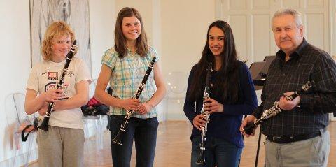 Klare for avreise: De tre klarinett elevene Agnes , Kaja og Sylvia med lærer Vojtech  (fra venstre til høyre) Vi mangler de to saksofonspillerne som også skal være med, Julia og Binna. (Foto: Eskild Gausemel Berge).