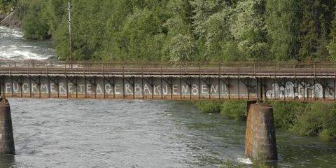 I flere år har dette stått på jernbanebrua ved Hunderfossen.