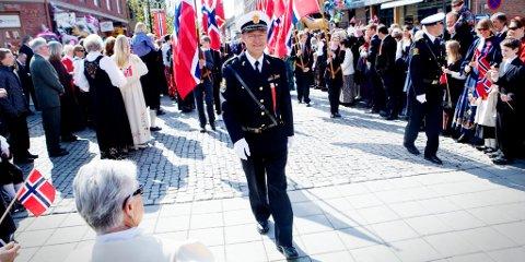BLE TAKKET: Langs hele 17. mai-ruta ble avtroppende politimester Einar Henriksen takket for innsatsen.