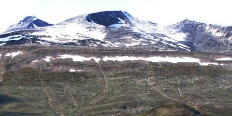 Tjønnholstinden (t.v) er 2331 meter høg og er lett tilgjengeleg frå Valdresflya og Leirungsdalen.