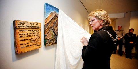 Ordfører Monas B. Nicolaysen avduket Brita Rusten Åmots kunstverk «Undrer meg på», som er en del av utsmykningen på nye Follebu skole.