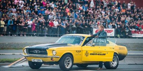 Filmbil: Mustangen «Lillegul» og Anders Baasmo Christiansen har hovedrollen i filmen Børning. Karl Ness har bygget motoren. Foto: Erik Aavatsmark/ Filmkameratene & SF Norge