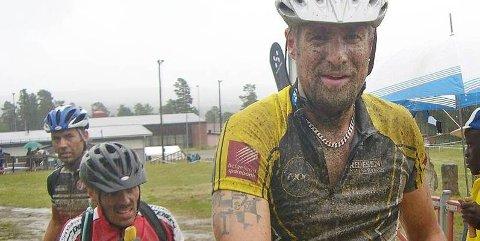 GJØRMETE: Raymond Lian etter målgang. Ikke vanskelig å se at han har vært gjennom et slit i gjørma.