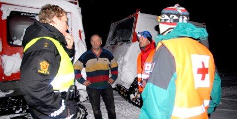 Beltevognen til Roar Skaugen ( i midten) sitter fast i isen i Rondane etter en redningsaksjon i natt. Skaugen i samtale med politibetjent Rolv Mallaug, Kjetil Eide og Sjur Lindby i Otta Røde Kors Hjelpekorps.