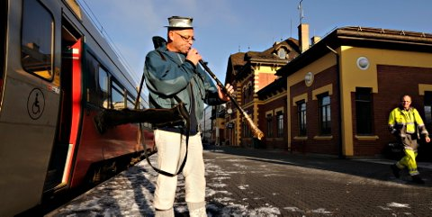 Slik ser det ut når Øyvind Berg spiller på sitt antilopehorn. Iført rustninghjelm laget av en ventil. Det høres imidlertid ikke ut.