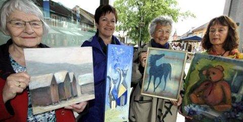 UNDER TAK: Vesla Brandtzæg (t.v.), Marit Mythen, Tove Holm, Wenche Svensson er fire av maleklubbens utstillere under Lillehammerdagene.