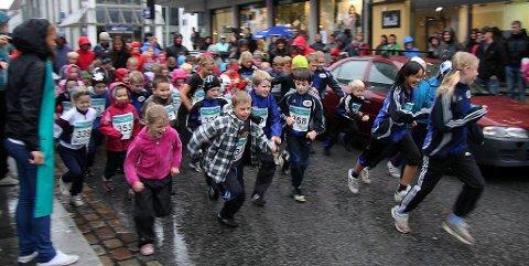UNGE FLORAFOLK: Nokre av dei nær 3000 barna i kommunen i aktivitet i Strandgata.