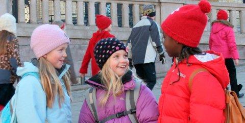 Regine Stokkevåg Eide, Johanna Girirpio, Live Marie Runde foran Stortinget i filmen «Bestevenner».