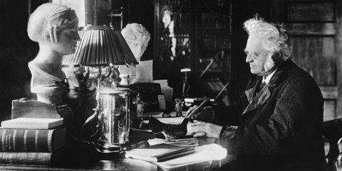 Bjørnstjerne Bjørnson hadde fylt 177 år i dag. Her fotografert ved skrivebordet på Aulestad 1902 - 1908.