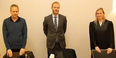 FORNØYD: Selger av Palace-gården, Eirik Vågshaug, er fornøyd med dommen, her sammen med advokat Geir Arne Nærø (t.h.) og advokatfullmektig Ingvill Hellenes.