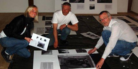 Formidlingsleiar Ida Heierland, handverkar Sveinung Reksten og konservator Bjørn Fjellheim i gang med å montere utstillinga som skal til Shetland måndag.