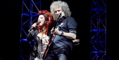 ØYEBLIKKET: Reidun Sæther og legendariske Brian May fra Queen skapte magi sammen under premieren på «We Will Rock You» på Folketeatret i Oslo i januar. Foto: Scanpix