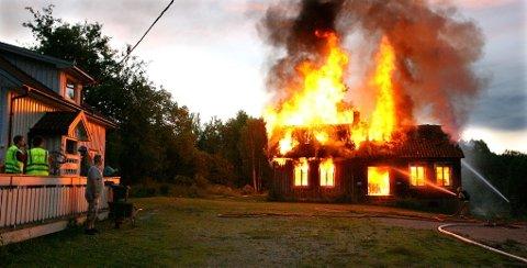 KRAFTIG: Det brant kraftig i det gamle huset i Stulenvegen mandag kveld.