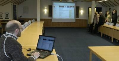 Informasjonskonsulent Roar Strand i Vågå (fremst) vil gjerne ha innspel til utarbeidd utkast for informasjonsplan. Biletet er teke i samband med at kommunen presenterte si nye heimeside på internett. (Arkivfoto)