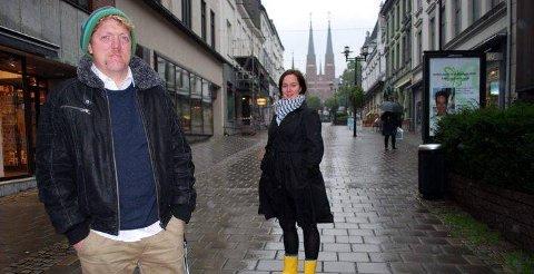 KOM TILBAKE I JOBB: Øyvind Gravklev (37) kom seg tilbake i jobb etter å ha slitt psykisk, og han håper at flere i samme situasjon forstår at det er en vei ut av problemene. - En må bare finne viljestyrke til å komme seg ut av det, sier Gravklev. Hanne Cathrine Gullerud (i bakgrunnen) er koordinator for Verdensdagen for psykisk helse, som markeres over hele verden søndag 10. oktober.
