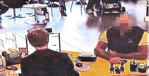 DØMT:KONTANTUTTAK: Porsgrunnsmannen og hans medtiltalte skal ha fått ut hele 12,5 millioner kroner gjennom kontantuttak med falske bankkort. Dette bilde viser den antatte hovedmannen under ett av svindelforsøkene.