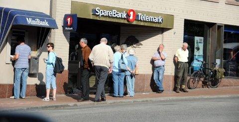 Det var kø utenfor Sparebank1 Telemark i Skien i dag før banken åpnet klokka 9.00. Mange hadde møtt opp for å ta ut kontanter.