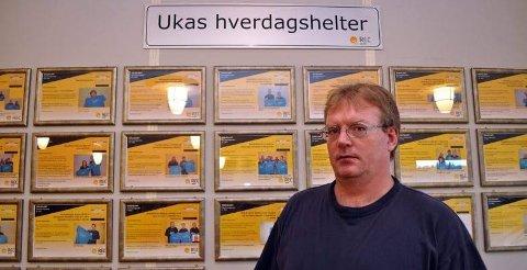 VIKTIGE BIDRAG: På veggen henger «Ukas hverdagshelter». Det er REC-ansatte som tidligere har kommet opp med ideer til effektivitetsutvikling og kostnadsreduksjoner. - Flere av forslagene er i millionklassen, forteller Rune Sørensen.