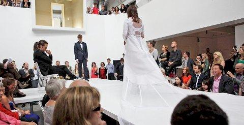 BRYLLUPSKUNST: Charlotte Thiis-Evensen og Eivind Buene gjorde bryllupsritualet om til performance da de giftet seg 11. juni.