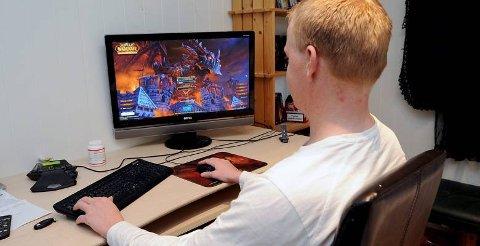 LIKER DATA: 23-åringen bruker en del av fritiden sin på dataspill og sosiale medier.