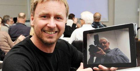 MULIGHETER: Robert Lien Pettersen er ikke i tvil om at iPad og andre lesebrett hører framtiden til. Her har han festet TAs utsendte til pad-en.