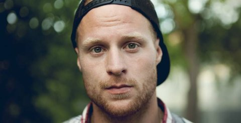 ØNSKER Å GI: Det var natt til 23. juli at Porsgrunnsgutten Aleksander Walmann Åsgården satt seg ned med gitaren og skrev minnesangen etter terroren i sommer. Nå håper han å kunne donere så mye som mulig til Røde kors og Utøystiftelsen 22. juli i år.