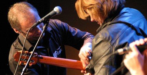 EN SKRUE LØS: Kulturhusets egen Tore Jacobsen ga Jan Eggums gitar førstehjelp med en rull gaffatape.