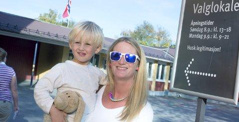 Interiørdesigner Ruth Lie-Nielsen på valglokalet på Smestad i Oslo med sønnen Jonathan Sørum (4). Hun mener et OL helt klart gir mer fordeler enn ulemper.