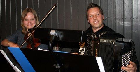 Musikerene Elisabet Olhans på fiolin og Stian Aase på trekkspill er til daglig lærere ved Ås Kulturskole.