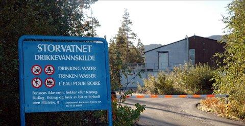 Tjenester: Å skaffe innbyggerne rent vann fra Storvatnet er en viktig kommunal tjeneste. De neste årene må kommunen ta seg mer betalt for dette.