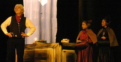 TIGGER: Å tigge penger av Scrooge til de fattige er en umulig oppgave for disse damene, spilt av Madelen Heggedal og Oda Jønland. ALLE FOTO: GEIR EGIL SKOG