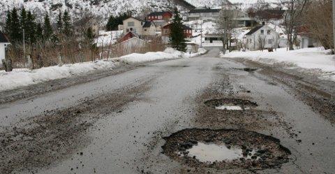 Et sikkert vårtegn er hullete veier. Bildet er fra Kløverveien på Stokmarknes.
