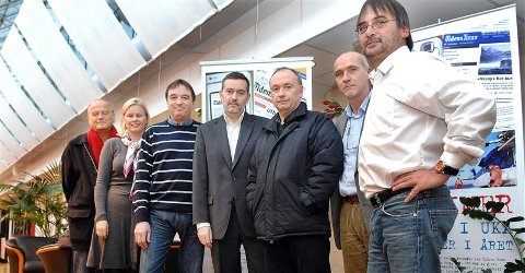 Oskar Dag Sylte (fra venstre), Bente Sollid Hansen, Svein Junge, Jan-Erik Larsen, Hans Petter Storetvedt, Tore Dyrnes og Torbjørn Torske etter at kontrakten var skrevet under.